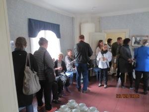Yleisöä oli runsaasti paikalla ja upea näyttely kiinnosti.